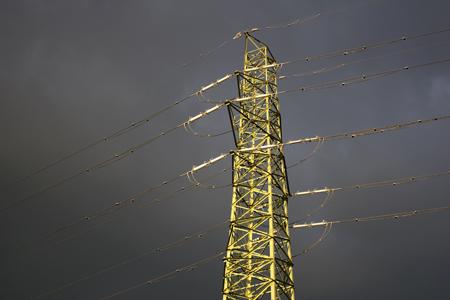 凍てつく鉄塔。雲間から漏れる夕陽に照らされていた。